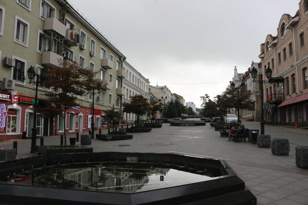 平日朝の噴水通りは人通りが少ない